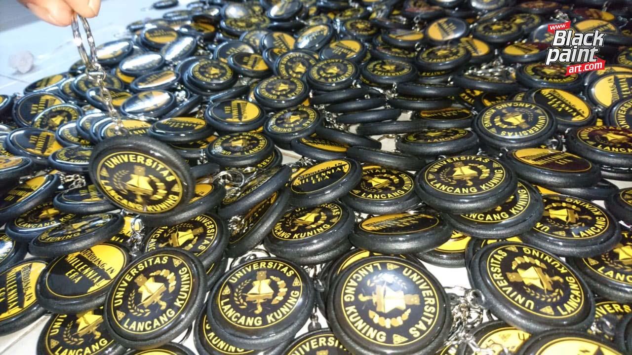 Ada beberapa tempat cetak gantungan kunci (souvenir) di Pekanbaru, salah satunya adalah Blackpaint Art.